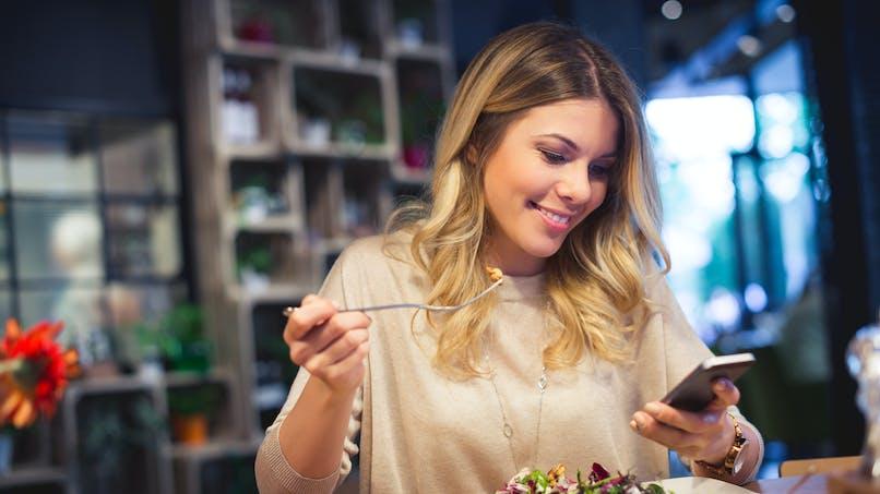 Pourquoi regarder son téléphone pendant les repas peut entraîner une prise de poids