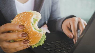 Que se passe-t-il lorsque nous mangeons rapidement ?