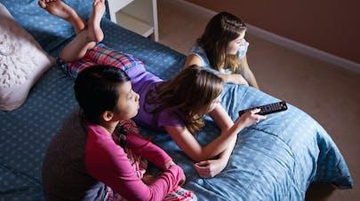 Télévision dans la chambre de l'enfant : pourquoi il vaut mieux éviter