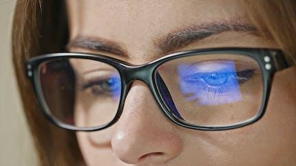 Un Français sur deux pense que la lumière bleue n'est émise que par les écrans