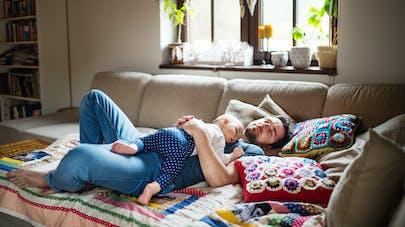 Mort subite : dormir sur le canapé avec bébé multiplierait le risque par 50