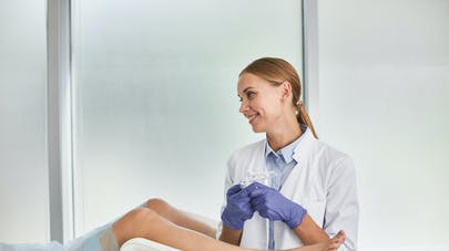 femme chez le gynécologue