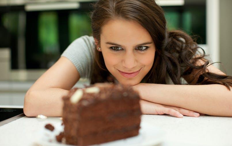 femme et gâteau au chocolat