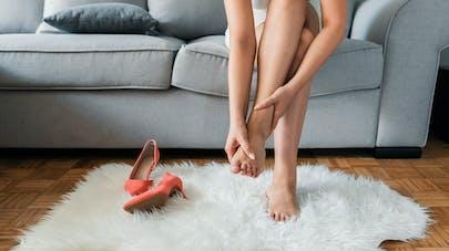 femme se tenant le pied