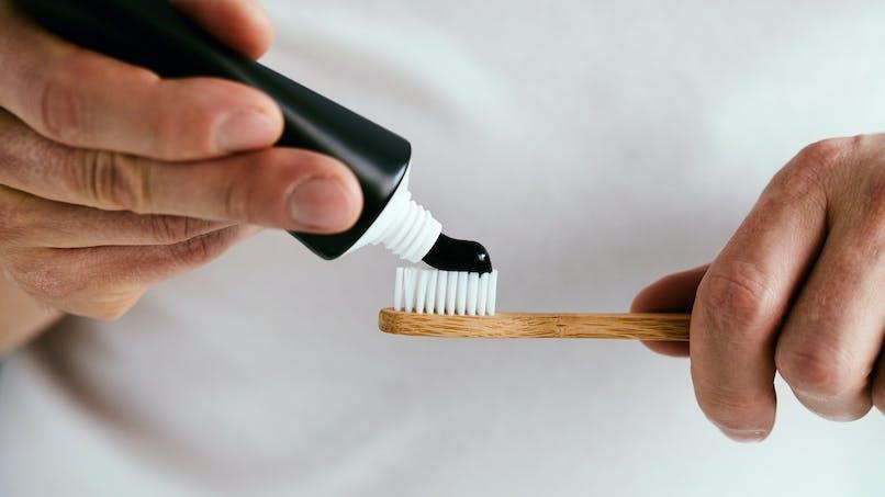 Dentifrice au charbon actif : des scientifiques mettent en garde les consommateurs