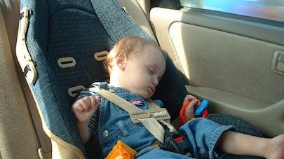 Siège-auto : pourquoi il ne faut pas laisser un bébé dormir dedans