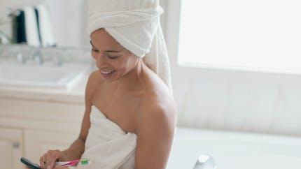 Pour éviter l'électrocution, ne jamais charger son téléphone dans la salle de bain