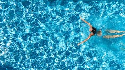 Nager dans une piscine