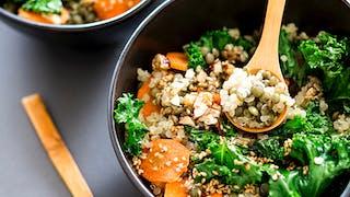 Bowl de lentilles, quinoa, chou kale, carottes