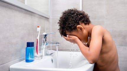Comment nettoyer le visage d'un enfant ?