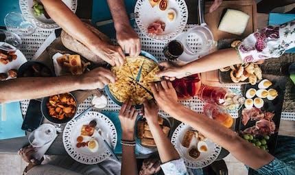 Nous mangerions plus lorsque nous sommes en compagnie de proches
