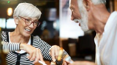 personnes âgées à table