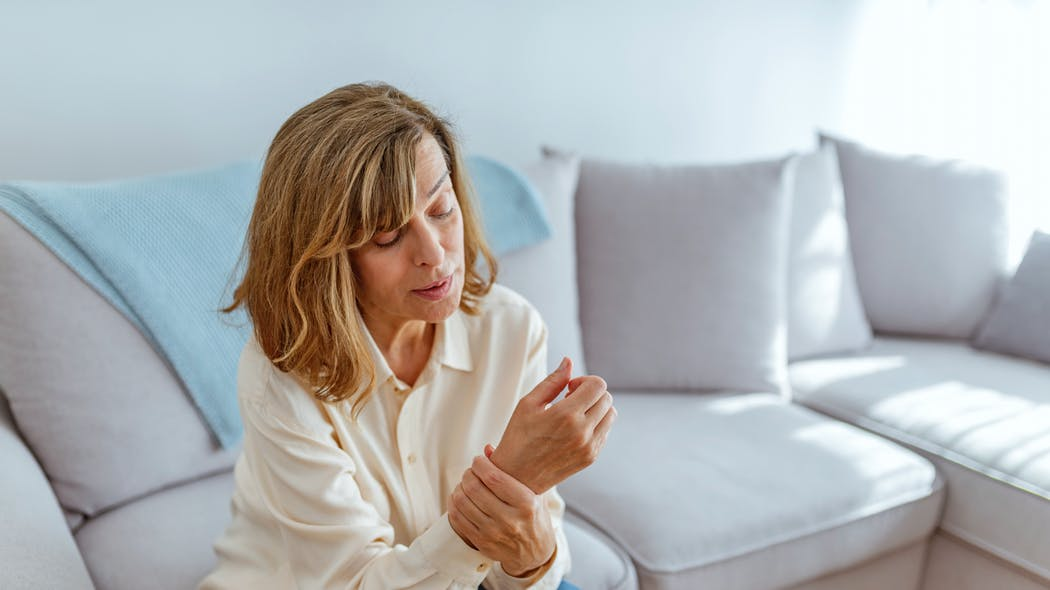 Arthrite, arthrose : la météo aurait bien une influence sur les douleurs  Istock-1153388643
