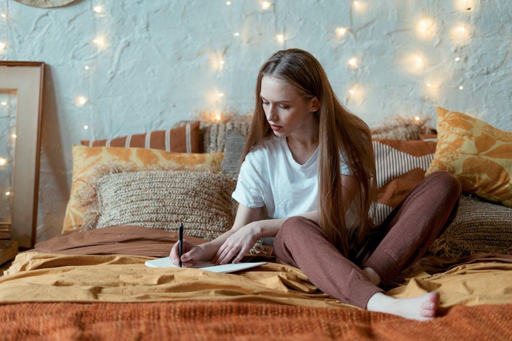 Écrire avant de s'endormir pour libérer votre esprit