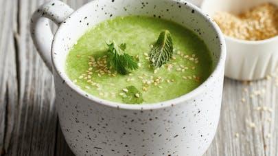 Soupe de chou kale, menthe et sésame