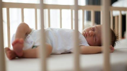 Sommeil du bébé : gare aux fausses promesses et dangers des objets anti-tête plate