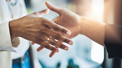 Faire la bise, se serrer la main, se toucher le visage... comment changer nos mauvaises habitudes face au coronavirus ?