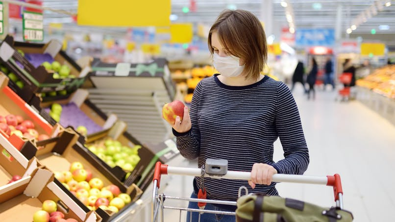 Aliments, vêtements, caddies de supermarchés… sur quelles surfaces le coronavirus peut-il survivre ?