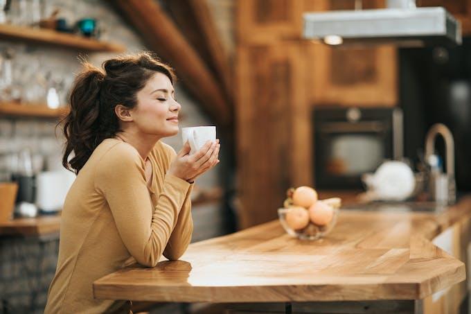 femme sentant du café
