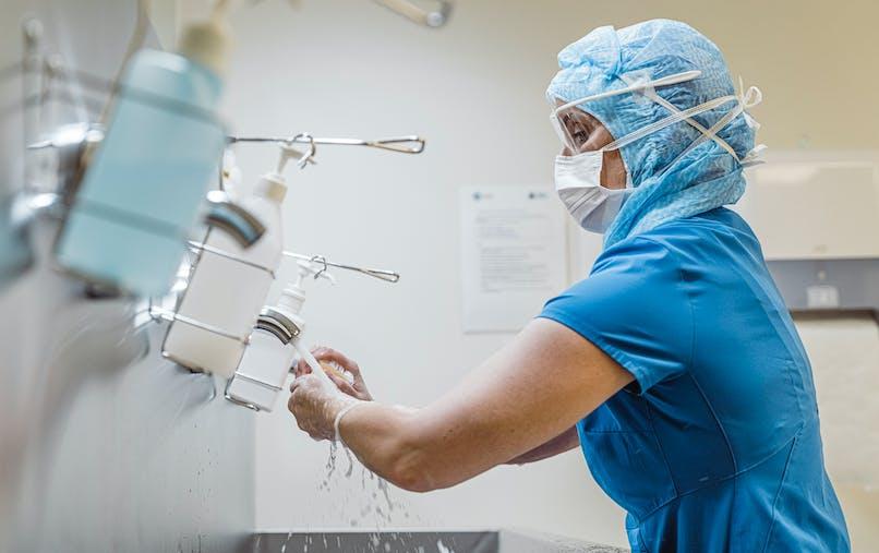 """Siham, médecin anesthésiste en réanimation : """"On a le sentiment que nos  ressources thérapeutiques sont challengées par le virus""""."""