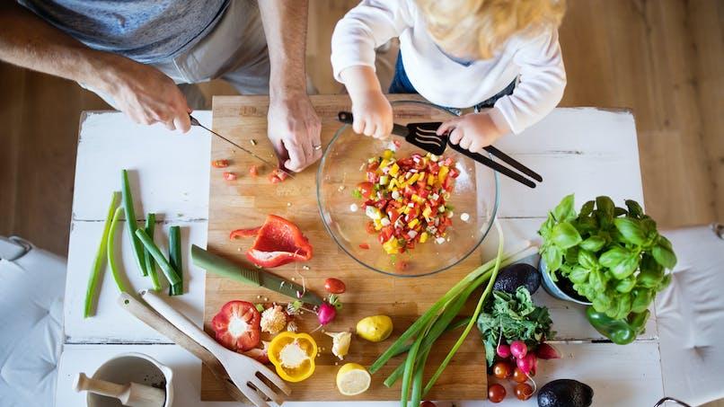 Quels gestes simples pour cuisiner sans risque pendant le confinement ?