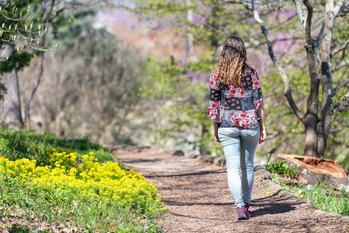 femme sur un chemin au printemps