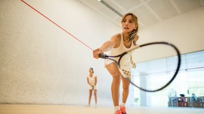 femme et raquette