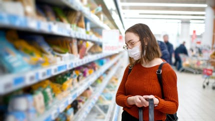 Masques: le port généralisé est-il utile pour réduire la transmission du coronavirus?