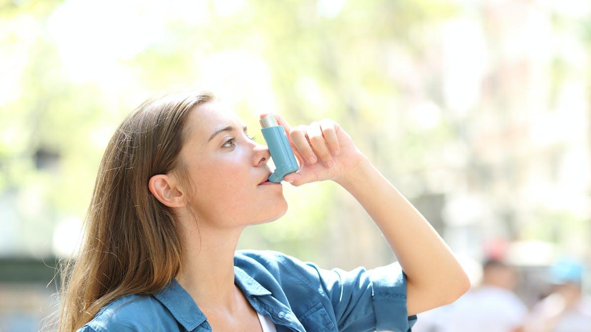 Une femme asthmatique.