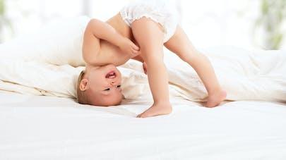 Un bébé qui porte une couche.