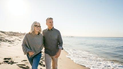 Marcher le long d'espaces bleus tels que des plages ou des lacs profite à la santé mentale