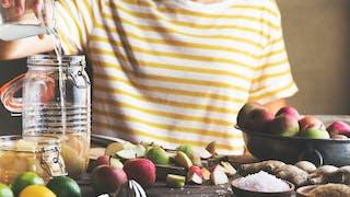 Les bienfaits du vinaigre de cidre pour sublimer les cheveux ternes et colorés