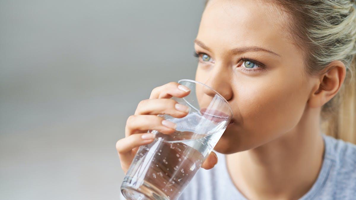 femme buvant de l'eau