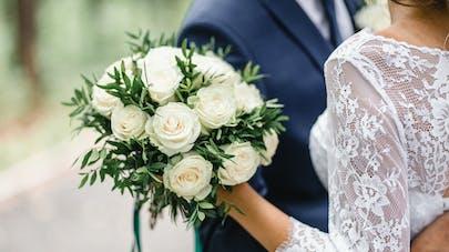 Un couple le jour de son mariage.