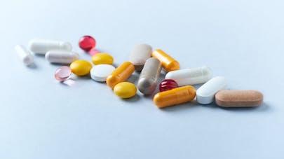 Des médicaments de plusieurs tailles et de plusieurs couleurs.