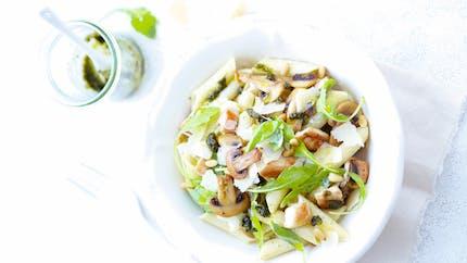 Salade de penne, pesto, poulet, champignons
