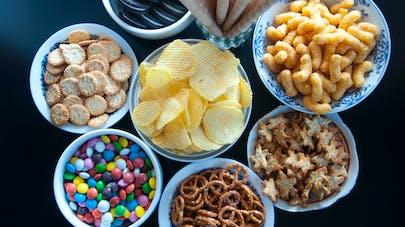 Des chocolats et des gâteaux apéritifs dans des petits bols.