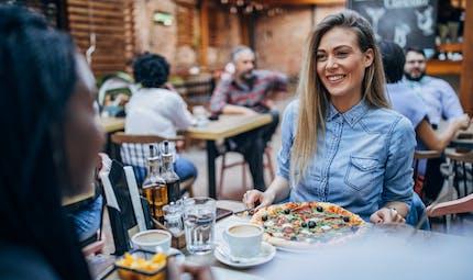 COVID-19 : fréquenter des bars et des restaurants augmenterait le risque de tomber malade