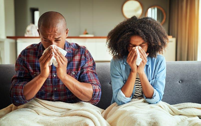 Rhume: est-ce dangereux de s'embrasser lorsqu'on est malade?