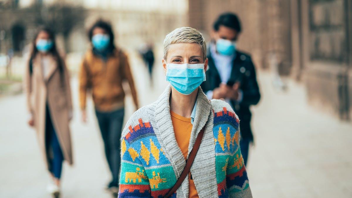 Des personne qui portent un masque de protection.