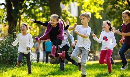 Des aires de jeux plus vertes renforcent le système immunitaire des enfants