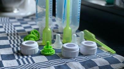 Des millions de microparticules de plastiques relarguées dans les biberons