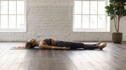femme allongée sur un tapis