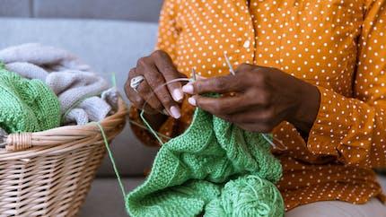 Tricothérapie : pourquoi tricoter nous fait du bien ?