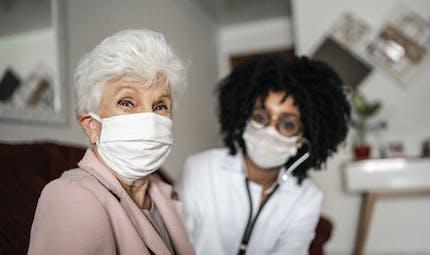 COVID-19 : comment optimiser la surveillance dans les établissements de soins de longue durée?