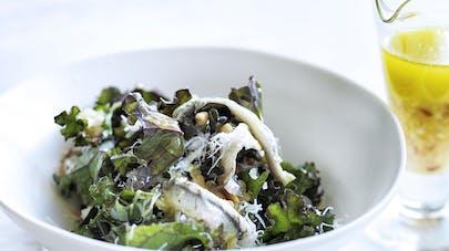 Salade de chou kale aux anchois et pignons de pin