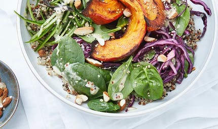 Bowl de quinoa à la courge, épinards et chou rouge