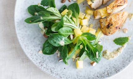Salade de mâche et blanc de poulet farci à l'ananas