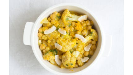 Curry de chou-fleur aux pois chiches et à la noix de coco