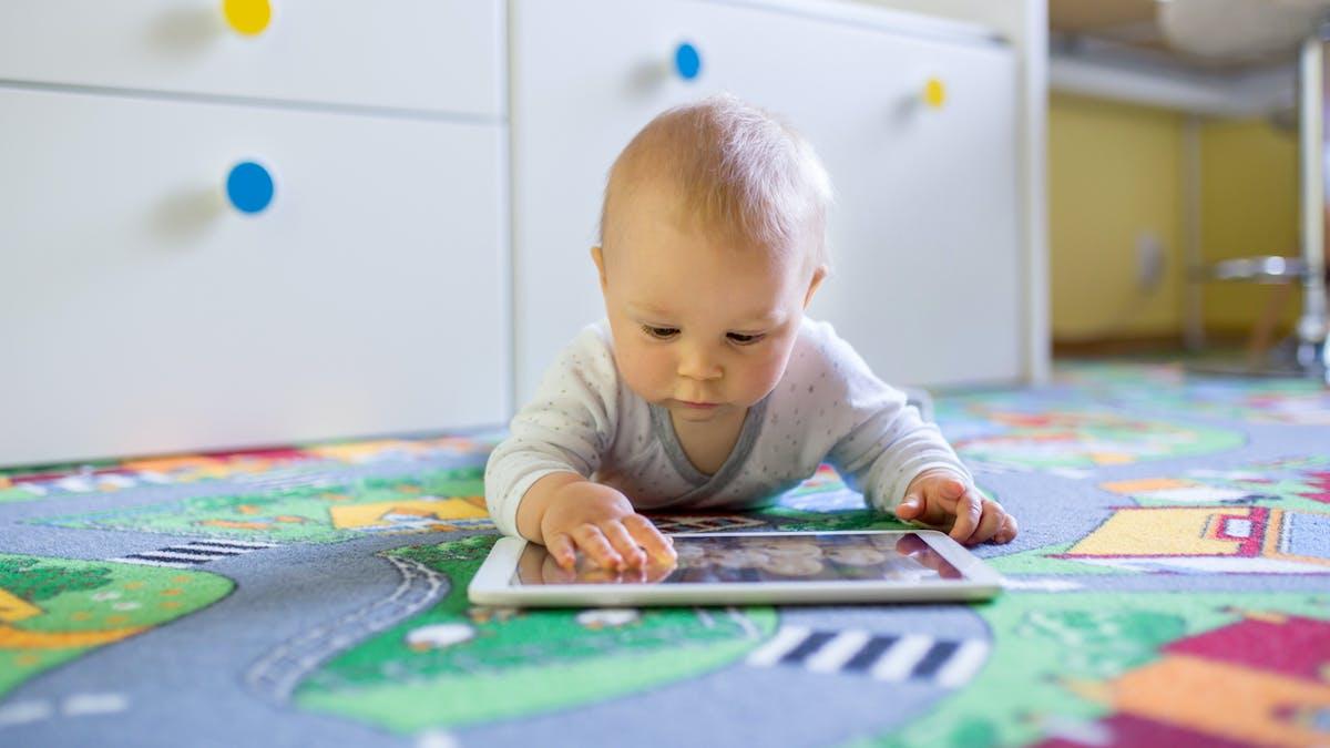 Les nourrissons adeptes d'écrans tactiles seraient plus distraits que les autres